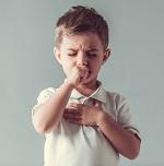 Маленький мальчик сильно кашляет