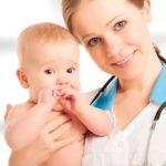 У доктора на руках ребенок