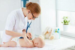 Доктор слушает малыша