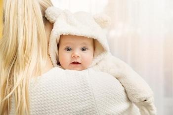 Малыш в теплом комбинезоне