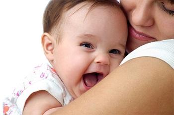 Малышка на руках у мамы