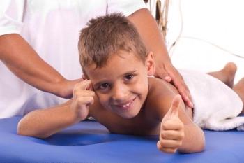 Мальчик на сеансе массажа