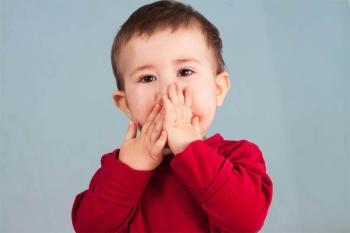 Малыш в красной кофточке