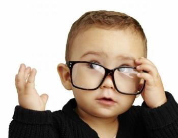 Мальчик надел очки