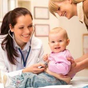 Маленький ребенок с мамой у врача