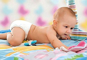 Маленький ребенок в подгузнике