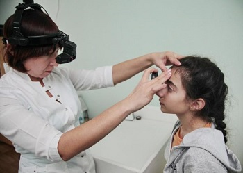 Окулист проверяет зрение ребенку