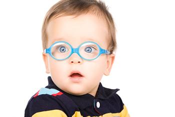 Мальчик вы очках с голубой оправой