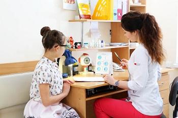 Девочка в кабинете офтальмолога
