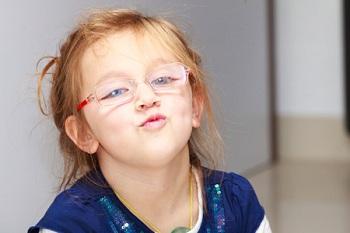 Милая девочка в очках
