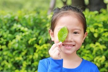 Девочка с зеленым листочком
