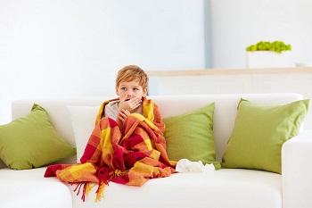 Мальчик закутался в одеяло