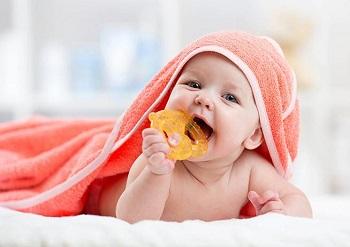 Ребенок с прорезывателем для зубов