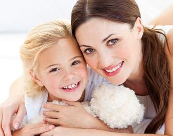 Мама с дочерью мило улыбаются
