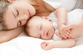 Мама с маленьким ребенком спят