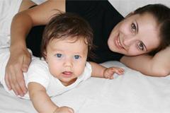 Ребенок и мама на кровати