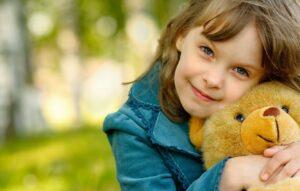 Девочка с мишкой на природе