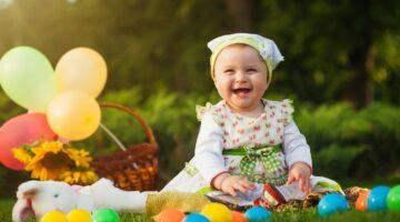 Маленькая девочка с шариками и игрушками