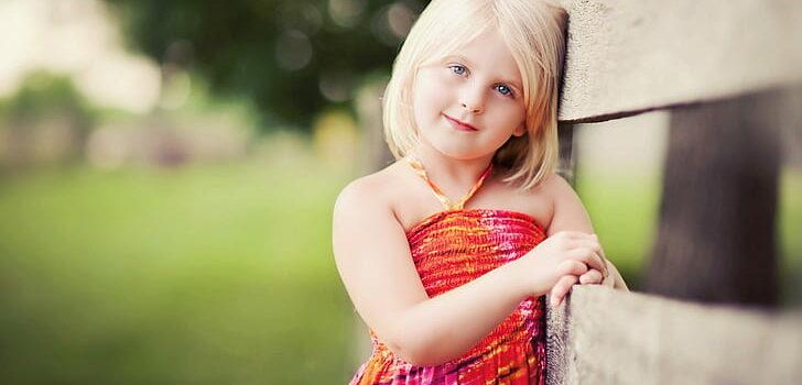 Девочка в красном платье