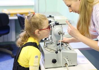 Девочке лечат зрение