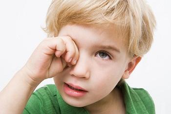 Чего нельзя делать, если ребенка укусил комар и него опух глаз