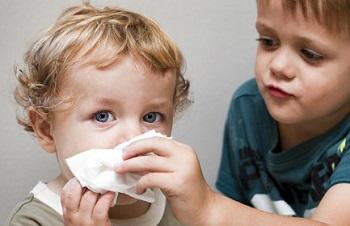 Что делать, если у ребенка слезятся глаза и текут сопли