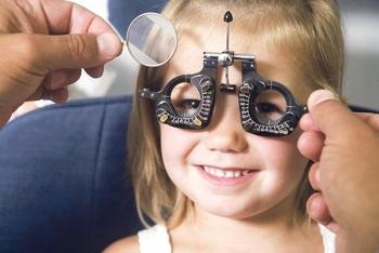 Проверка зрения у девочки