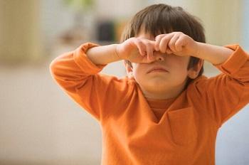 Мальчик в оранжевой кофте