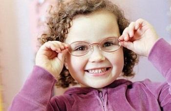 Кудрявая девочка в очках