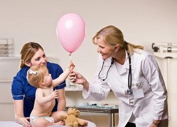 Врач подарил ребенку воздушный шар