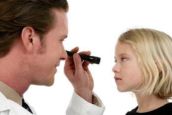 Офтальмолог со своим пациентом