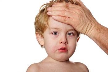 Почему у ребенка сопли и слезятся глаза - первая помощь малышам