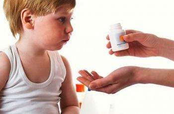 Мальчику дают лекарство