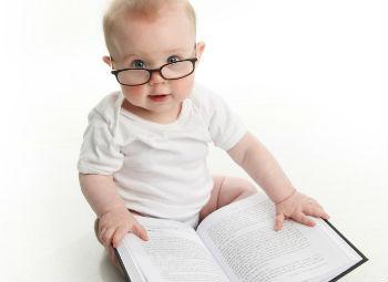 Маленький ребенок с книгой