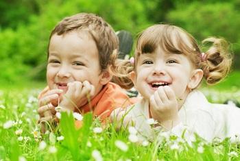 Мальчик и девочка на природе