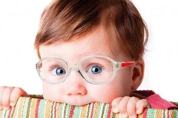 Голубоглазый малыш в очках