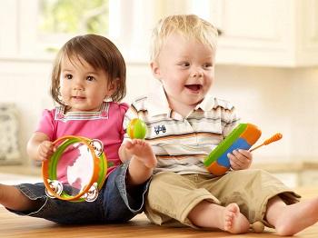 Двое малышей играют с игрушками