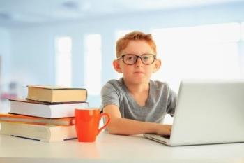Мальчик сидит за комьютером
