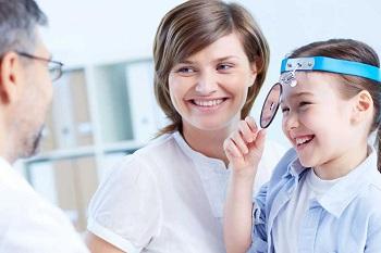 Девочка с мамой у офтальмолога