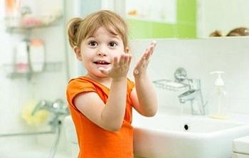 Девочка помыла руки