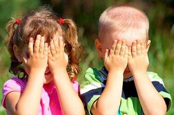 Мальчик и девочка с закрытыми глазами