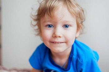 Мальчик в голубой яркой футболке