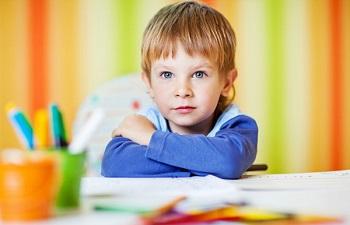 Мальчик сидит за столом
