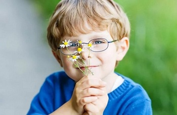 Мальчик с ромашками