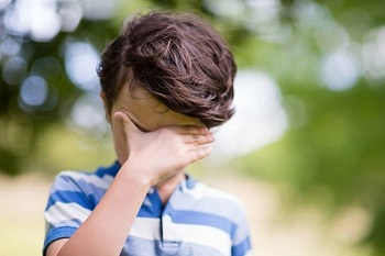 Мальчик закрыл глаза руками