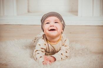 Маленький мальчик в шапке