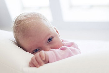 Маленький ребенок в розовой кофточке