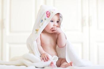 Маленький ребенок в полотенце