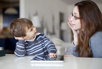 Мальчик общается с мамой
