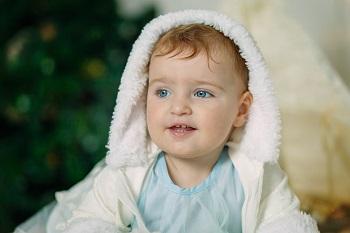 Голубоглазый ребенок в костюме